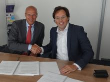 Kees Stroomer (links) van Tempo Team schudt chief operating officer Arnoud Munneke van Vanad Contact Centers